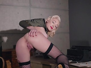 Blondie rubs the brush pussy take pleasure in a charm